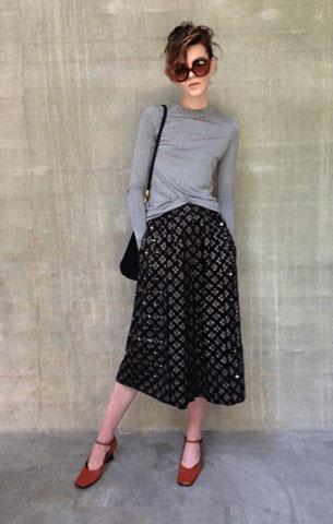 กางเกง Culottes สีดำ Marc Jacobs, เสื้อยืดแขนยาว สีเทา Zara, รองเท้า Prada, แว่นตากันแดด Prada