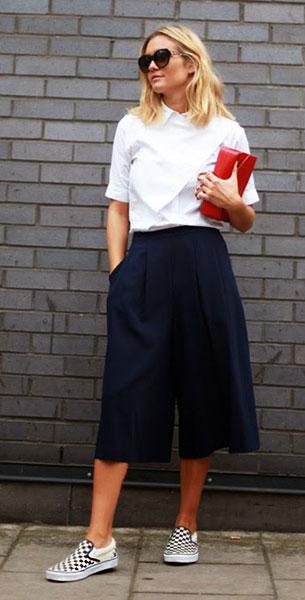 กางเกง Culottes สีน้ำเงิน Whistles, เสื้อสีขาว Anne Fontaine, รองเท้า Vans, กระเป๋า Chanel, แว่นตากันแดด Miu Miu