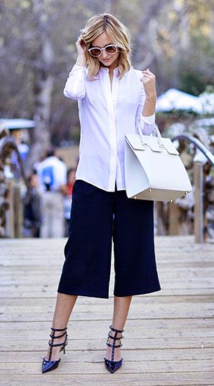 กางเกง Culottes สีน้ำเงิน Zara, เสื้อเชิ้ตสีขาว Vince, รองเท้า Valentino, กระเป๋า Mezzi, แว่นตากันแดด Karen Walker