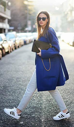 รองเท้าผ้าใบอาดิดาส สีขาวแถบดำ, เสื้อโค้ทสีน้ำเงิน & Other Stories, เสื้อครอปสีขาว Zara, กางเกงสีเทา Zara