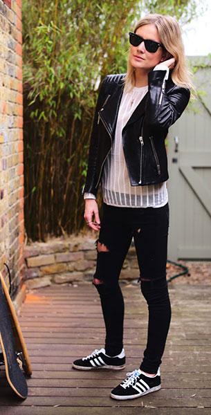 รองเท้าผ้าใบอาดิดาส สีดำแถบขาว, แจ็คเก็ตหนัง H&M, เสื้อลายตั้วสีขาว Pringle, กางเกงยีนส์สีดำ Zara