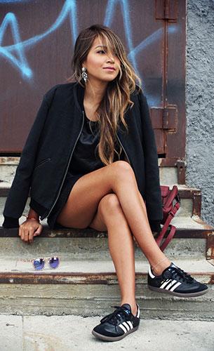 รองเท้าผ้าใบอาดิดาส สีดำแถบขาว, แจ็คเก็ต Revolve Clothing