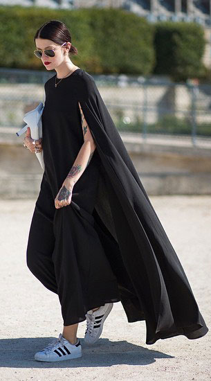 รองเท้าผ้าใบ Adidas สีขาวแถบดำ, เดรสสีดำ