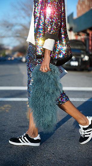 รองเท้าผ้าใบ Adidas สีดำแถบขาวพื้นขาว, แจ็คเก็ตปักเลื่อม, กระโปรง H&M, กระเป๋า Pencil Case, แว่นตากันแดด Ray Ban
