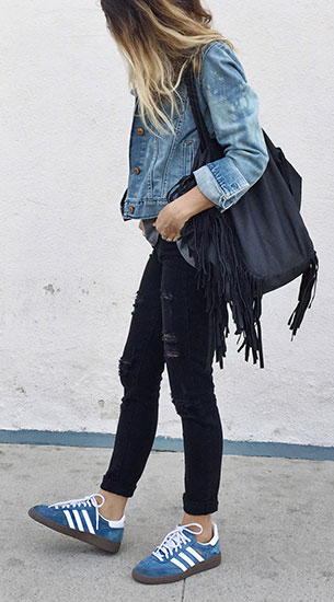 รองเท้าผ้าใบ Adidas สีฟ้าแถบขาวพื้นน้ำตาล, เสื้อแขนกุดสีเทา Paige, กางเกงยีนส์สีดำ Paige, กระเป๋า Prism