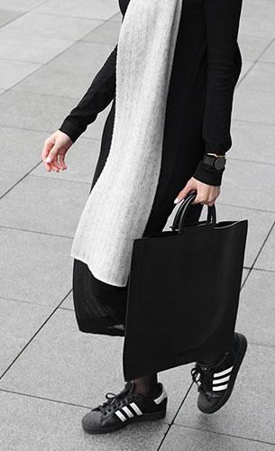 รองเท้าผ้าใบ Adidas Superstar สีดำแถบขาว, เดรสสีดำ Avelon, ผ้าพันคอสีขาว Balenciaga, กระเป๋า Building Block