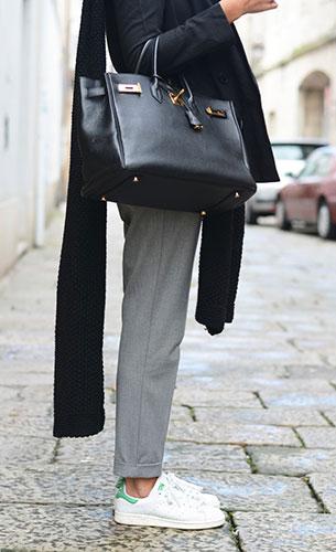 รองเท้า Adidas สีขาวขอบส้นสีเขียว Stan Smith, เสื้อสูทสีดำ Ewigem, กางเกงสีเทา Zara, กระเป๋า Hermes, ผ้าพันคอ Stradivarius