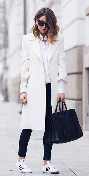รองเท้า Adidas สีขาวแถบดำ, เสื้อโค้ทสีขาว Flavio Castellani, เสื้อเชิ้ตสีขาว, กางเกงสีดำ Jennifer, กระเป๋า Saint Laurent