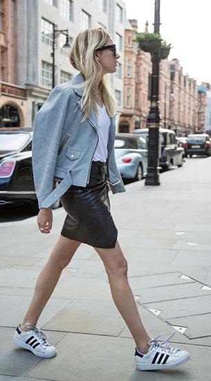 รองเท้า Adidas สีขาวแถบดำ, แจ็คเก็ตสีฟ้า Sandro, กระโปรงหนัง Guess x Elin Kling, เสื้อยืดสีขาว LNA