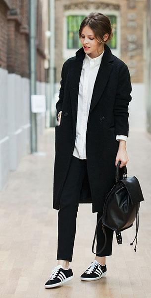 รองเท้า Adidas Gazelle สีดำแถบขาวพื้นขาว, เสื้อโค้ทสีดำ H&M, เสื้อเชิ้ตสีขาว Uniqlo, กางเกงสีดำ Zara, เป้หนัง Topshop