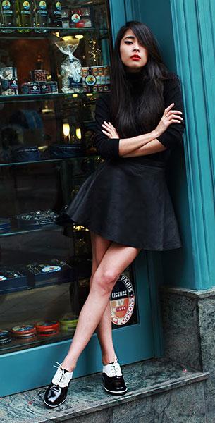 รองเท้า Oxford สีขาวดำ Tod's, เสื้อคอเต่าแขนยาว สีดำ Gerard Darel, กระโปรงหนัง American Apparel