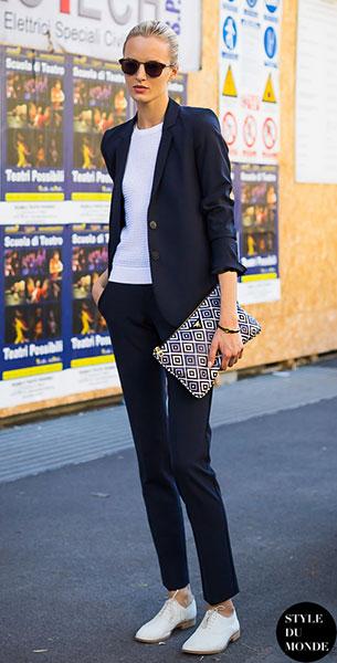 รองเท้า Oxford สีขาว, เสื้อสูทสีน้ำเงิน, เสื้อสีขาว, กางเกงสีน้ำเงิน, Daria Strokous, Milan Fashion Week Spring Summer 2014