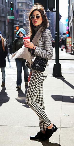รองเท้า Oxford สีดำ, เสื้อคลุม Patrizia Pepe, กระเป๋า Chanel, แว่นตากันแดด Lunettes