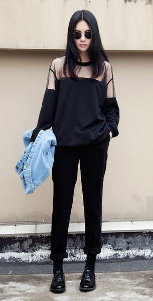 รองเท้า Oxford สีดำ, เสื้อซีทรู สีดำ, แจ็คเก็ตยีนส์, กางเกงสีดำ