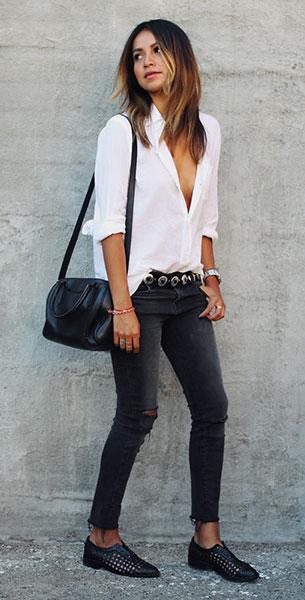 รองเท้า Oxford สีดำ Freda Salvador, เสื้อเชิ้ตสีขาว Current Elliot, กางเกงยีนส์สีดำ J. Brand