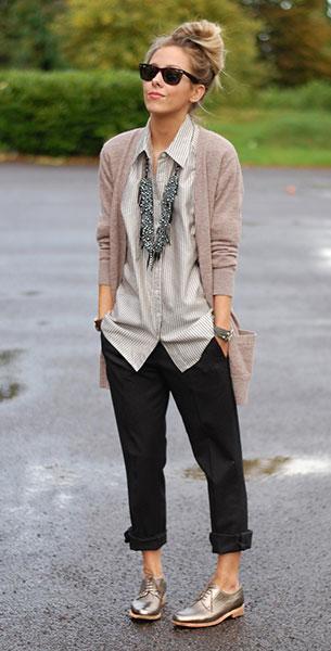 รองเท้า Oxford สีทองขาว Jil Sander, เสื้อคลุม Farhi, เสื้อเชิ้ตลายตั้ง Elizabeth & James, กางเกงสีดำ Miu Miu