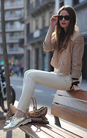 รองเท้า Oxford สีทอง Zara, แจ็คเก็ต สีเบจ H&M, สเว็ตเตอร์ สีเทา Zara, กางเกงยีนส์สีขาว Zara, กระเป๋า Balenciaga