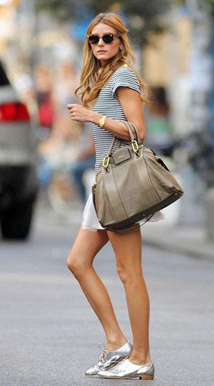 รองเท้า Oxford สีเงิน, เสื้อยืดลายขวาง สีขาวดำ, กระโปรงบานสั้น สีขาว, Olivia Palermo