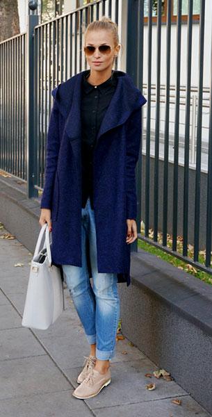 รองเท้า Oxford สีเบจ Shellys London, เสื้อโค้ทน้ำเงิน Jestes Modna, เสื้อดำ Ivyrevel, กางเกงยีนส์ Markowybutik, กระเป๋า Pauls Boutique