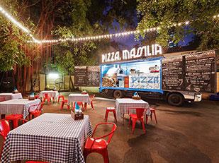 ร้านพิซซ่าเตาถ่านบนรถบรรทุก Pizza Massilia