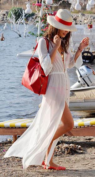 เดรสสีขาว Koton, บิกินี่ Shakespeare in Love, กระเป๋า Joie, รองเท้า Jason Wu x Melissa, หมวก Gucci