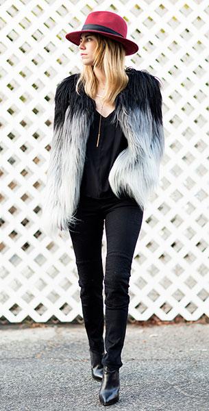 เสื้อคลุมไล่สี ดำขาว Marciano, เสื้อ Reformation, กางเกงยีนส์ Maxfowles, รองเท้า Saint Laurent, กระเป๋า Rag & Bone
