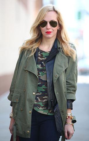 เสื้อยืดลายทหาร Equipment, แจ็คเก็ตสีเขียวทหาร Current Elliott, กางเกงยีนส์หนัง J Brand, รองเท้าบู๊ท Zara