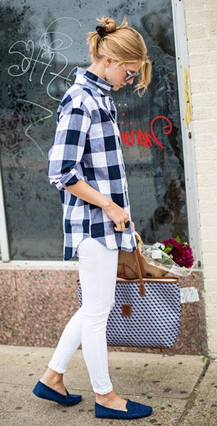 เสื้อเชิ้ตลายสก็อต สีน้ำเงินสีขาว Old Navy, กางเกงยีนส์สีขาว Old Navy, รองเท้า Old Navy, กระเป๋า Barrington Saint Ann