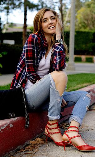 เสื้อเชิ้ตลายสก๊อต สีแดงสีน้ำเงิน Rails Flannel, กางเกงยีนส์ Levi's, รองเท้า Valentino Rockstud, กระเป๋า Chanel