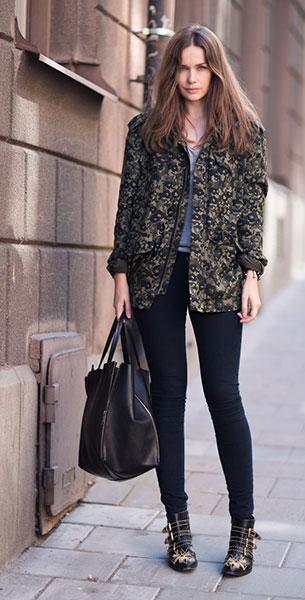 แจ็คเก็ตลายทหาร Acne, เสื้อยืดสีเทา Gina Tricot, กางเกง J Brand, รองเท้าบู๊ท Chloé, กระเป๋า Celiene