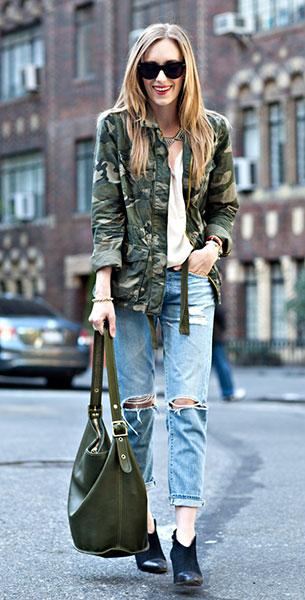 แจ๊คเก็ตลายทหาร Old Navy, เสื้อ Otte, กางเกงยีนส์ Ag Jeans, รองเท้า Loeffler Randall, กระเป๋า Coach, แว่นตากันแดด Celine