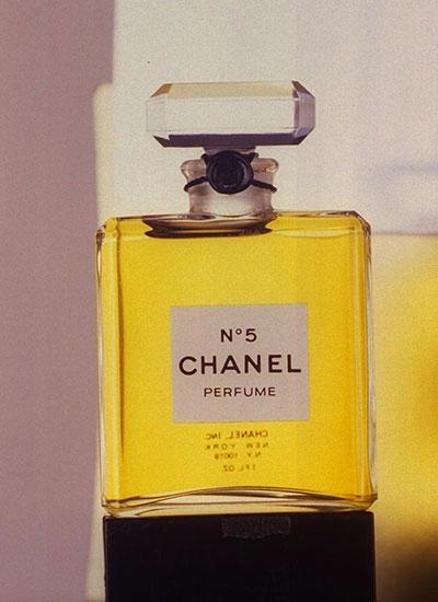แต่งกายสไตล์ โคโค่ ชาแนล ใช้กลิ่นที่เป็นเอกลักษณ์