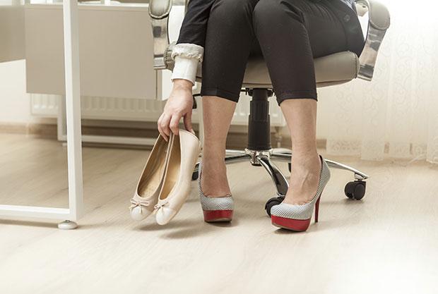 แนวทางการใส่รองเท้าส้นเตี้ยไปทำงาน