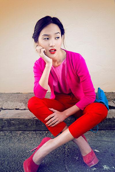 แฟชั่นเสื้อผ้าสีชมพูตัดกับสีแดง