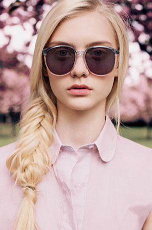 แว่นกันแดด กรอบชมพู เลนส์ม่วง, เสื้อสีชมพู, Nastya Kusakina