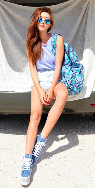 แว่นตากันแดด กรอบกลมสีทอง เลนส์น้ำเงิน, เสื้อกล้ามสีม่วง, กางเกงยีนส์ขาสั้น, รองเท้า Style Nanda