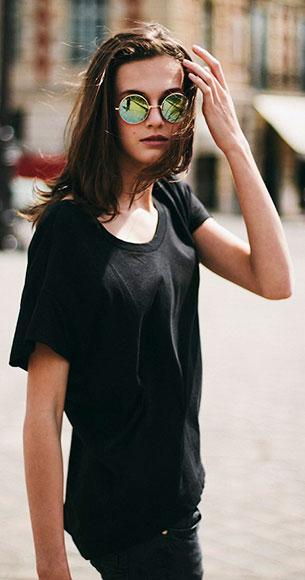 แว่นตากันแดด กรอบกลมสีทอง, เสื้อยืดสีดำ, กางเกงยีนส์สีดำ, Marylou