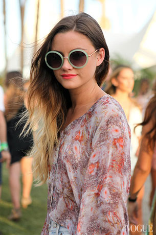 แว่นตากันแดด กรอบกลมสีเขียวหยก, เสื้อลายดอกไม้, กางเกงยีนส์, Coachella 2013