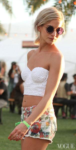 แว่นตากันแดด กรอบกลม เลนส์สีม่วง, เสื้อเกาะอกสีขาว, กางเกงขาสั้นลายดอกไม้ Coachella 2013