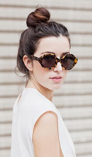 แว่นตากันแดด กรอบลายเสือ Karen Walker, เสื้อสีขาว Bassike, กระโปรง Bardot, รองเท้าบู๊ท Asos, กระเป๋า Alexander Wang