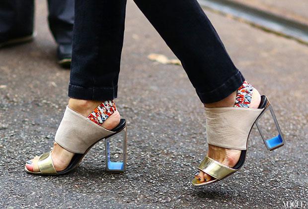 แหกกฎแฟชั่น รองเท้าส้นสูงโปร่งแสงใส่ทำงานปกติ
