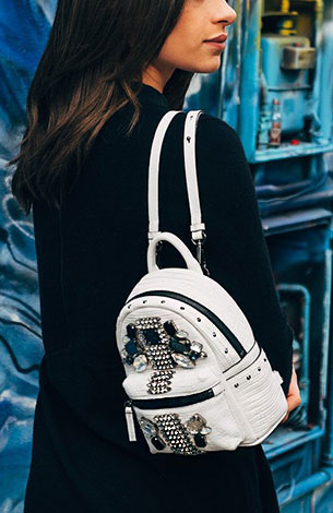 กระเป๋าเป้ สีขาว ซิบสีดำ