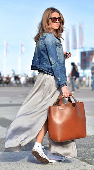กระโปรง Maxi สีเทา Taranko, รองเท้าผ้าใบ Converse, แจ็คเก็ตยีนส์ River Island, กระเป๋า Zara, แว่นตากันแดด Mango