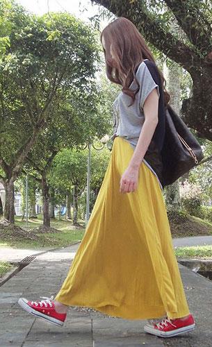 กระโปรง Maxi สีเหลือง  SeventeenOrigins, เสื้อยืดสีเทา SeventeenOrigins, รองเท้าผ้าใบ Converse, กระเป๋า Louis Vuitton
