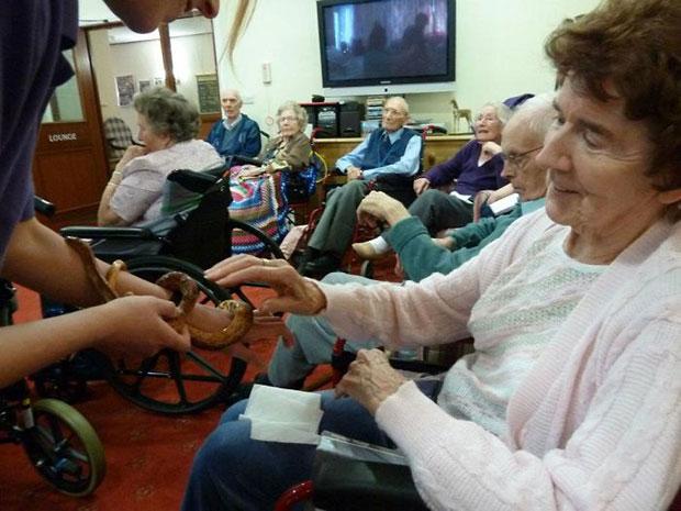 งูสร้างชีวิตชีวาให้ผู้สูงอายุในบ้านพักคนชรา