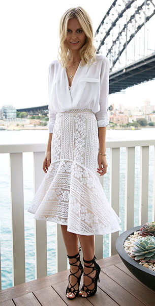 ชุดสีขาว Zara, กระโปรงลายลูกไม้สีขาว Lover, รองเท้าส้นสูง Windsor Smith