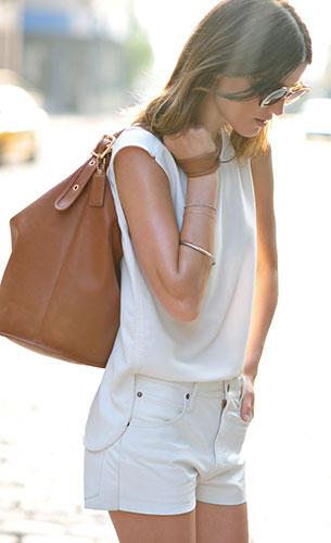 ชุดสีขาว Zara, กางเกงยีนส์ขาสั้น Chloe Sevigny, แว่นตากันแดด Karen Walker