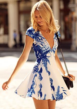 ชุดเดรสสั้น สีขาวลายดอกไม้สีน้ำเงิน Stylestalker, รองเท้าบู๊ท Toga Pulla, กระเป๋า Chanel