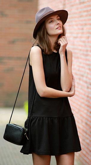 ชุดเดรสสั้น สีดำ H&M, เสื้อคลุม Vintage, รองเท้าบู๊ท UGG, กระเป๋า H&M, หมวก H&M