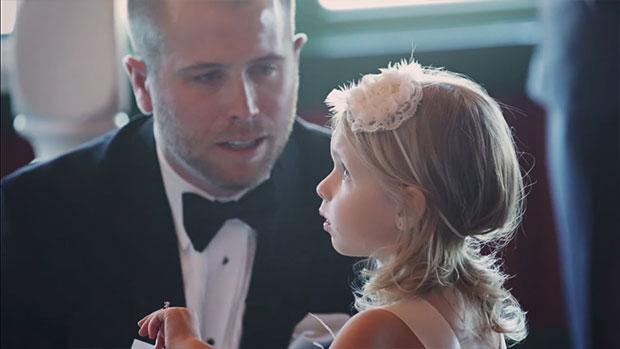 เจ้าบ่าวกล่าวคำปฏิญาณกับลูกเลี้ยงในวันแต่งงาน